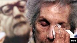 Вдова президента Альенде Ортенсия Бусси на фоне портрета мужа