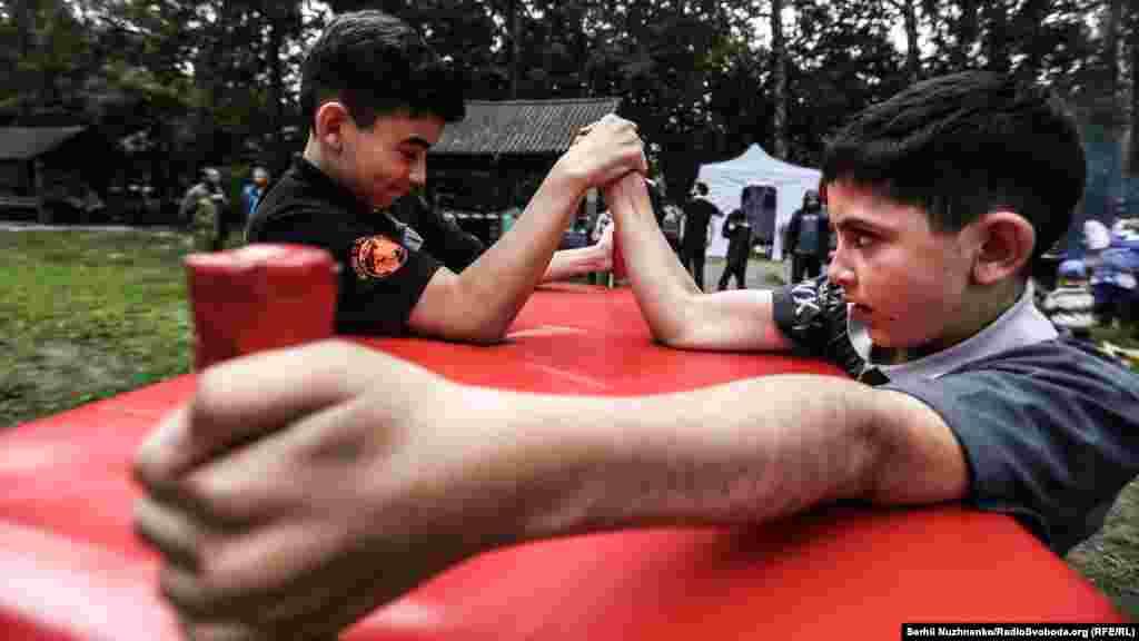 Подростки соревновались в армрестлинге