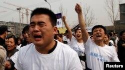 Չինաստան -- Կործանված ինքնաթիռի ուղևորների հարազատները բողոքի ցույց են անցկացնում Մալազիայի դեսպանատան առջև: