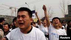 اعتراض خانوادههای مسافران هواپیمای مالزی در مقابل سفارت این کشور در پکن- چین٬ ۵ فروردین ۱۳۹۳