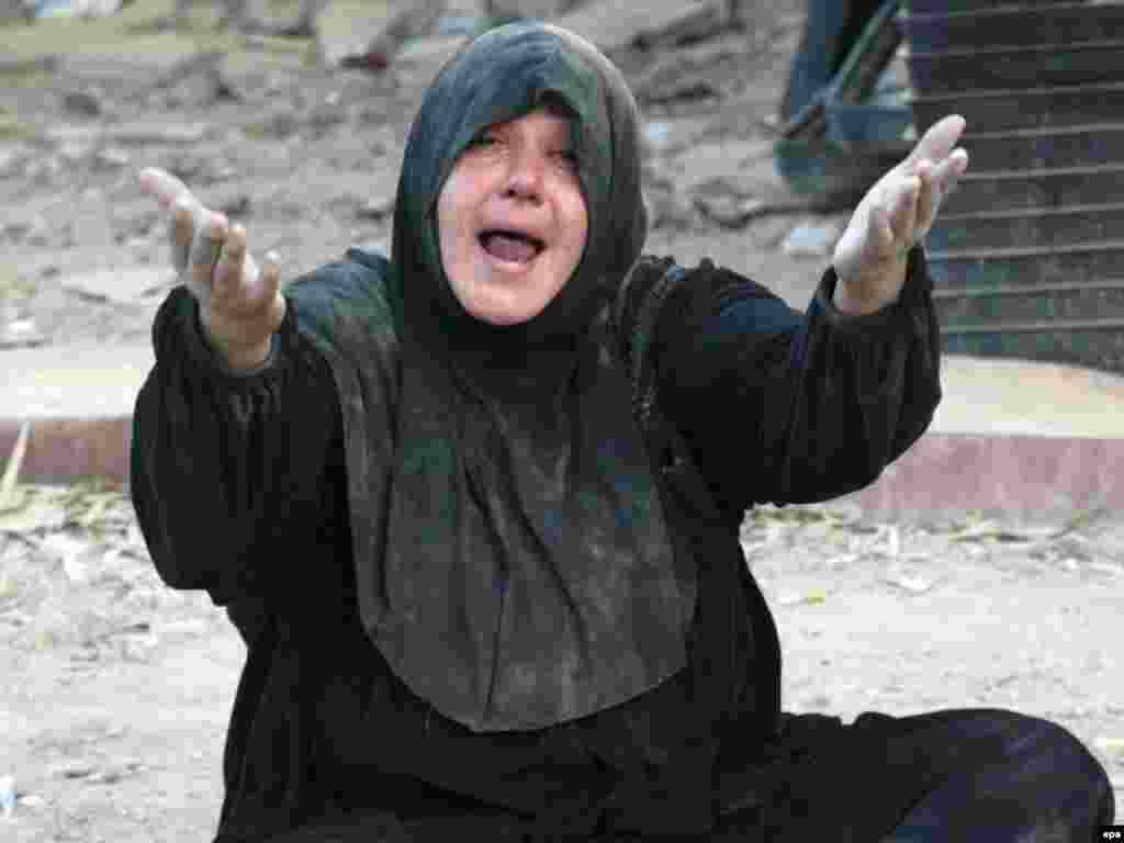آوریل: سوگواری زن عراقی برای از دست رفتن نزدیکانش در درگیری نیروهای آمریکایی با ارتش مهدی در شهر صدر در نزدیکی بغداد