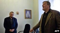 Символы «двух Европ»: британский актер и либеральный общественный активист Стивен Фрай (справа) встречается с депутатом Госдумы России Виталием Милоновым