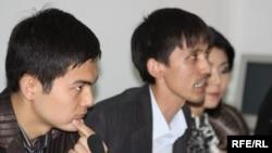 """Журналисты телекомпании """"31 канал"""" выступают против сокращения программ на казахском языке. Алматы, 5 мая 2010."""