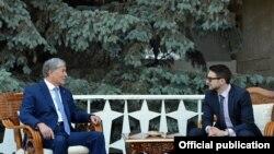 Президент Кыргызстана Алмазбек Атамбаев и Алекс Сорос. Фото пресс-службы президента.