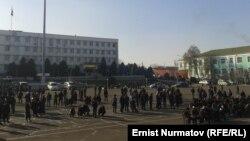 Оштун борбордук аянтына митингге чыккандар. 22-ноябрь, 2013-жыл