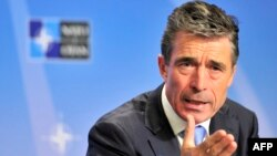 NATO-nyň ýolbaşçysy Anders Fogh Rasmussen Brýusselde çykyş edýär. 19-njy maý, 2014 ý.