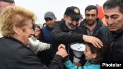 Никола Пашиняна встречают сторонники по дороге в Гюмри, 27 апреля 2018 г.