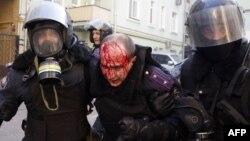 Сотрудники милиции ведут раненного коллегу. Киев, 18 февраля 2014 года.