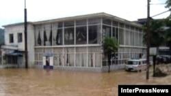 В Западной Грузии после проливных дождей и таяния снега в горах началось наводнение