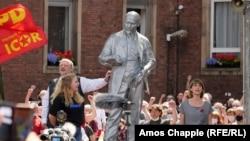 Габи Фехтнер (вдясно) пее Интернационала пред новооткритата статуя на Ленин