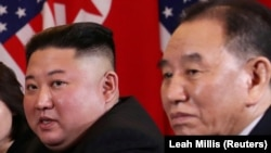 Demirgazyk Koreýanyň lideri Kim Jong Un (çepde) we onuň kömekçisi Kim Jong Çol ABŞ-nyň prezidenti Donald Tramp bilen geçirilýän sammite gatnaşýarlar. Wýetnam. 28-nji fewral, 2019 ý.