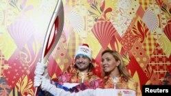 Olimpijska baklja u rukama ruskih sportista Tatyane Navka i Ilye Averbukha