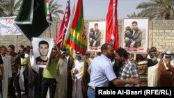 تظاهرات عدهای عراقی در برابر ساختمان کنسولگری ایران در بصره در جنوب عراق، سال ۲۰۱۳