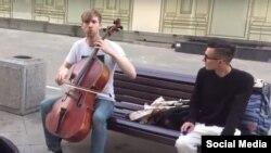Семен Лашкин играет на виолончели на Никольской улице в Москве