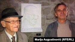 Edin Šćuk (desno) je rodnoj kući Ive Andrića darovao skulpturu sa piščevim likom