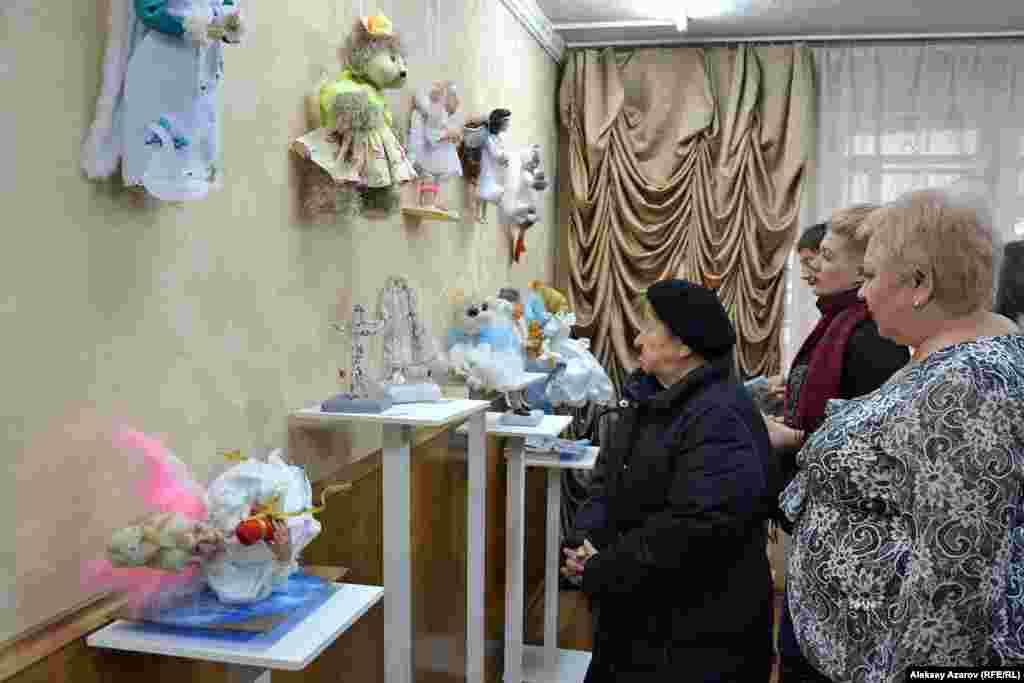 На выставке, по словам ее организаторов, экспонируется 30 кукол. Еще три куклы в пути – их отправили по почте из зарубежья. Среди участников выставки заявлены граждане Казахстана, Германии, Израиля, России и Украины.