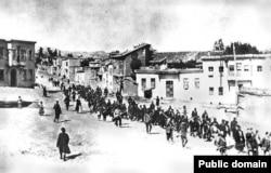 Турецкие солдаты этапируют колонну армянских жителей Анатолии, весна 1915 года