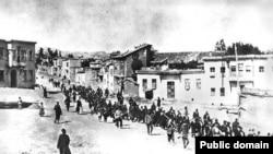 Армян гонят под османским конвоем через город Харпут в тюрьму в соседнем Мезире (современный Элазыг), апрель 1915 года