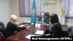 Мәжіліс депутаты Анатолий Пепенин (ортада) азаматтармен кездесіп отыр. Астана, 12 қараша 2015 жыл.