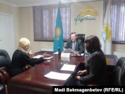 Жительница Астаны Любовь Мамаева на приеме у депутата Анатолия Пепенина.