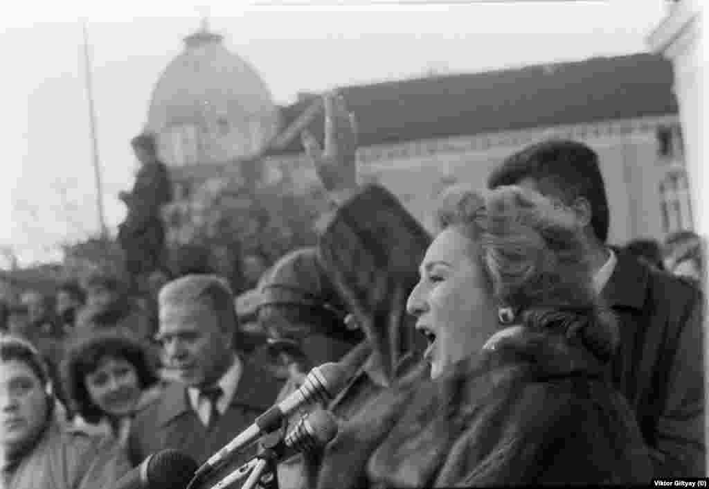 Оперната прима Гена Димитрова говори на митинга на БКП на 17.11.1989 г. и изпява химна.