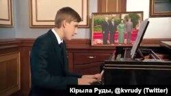 Микола Лукашенко грає на фортепіано. Кадр з відео Кирила Рудого