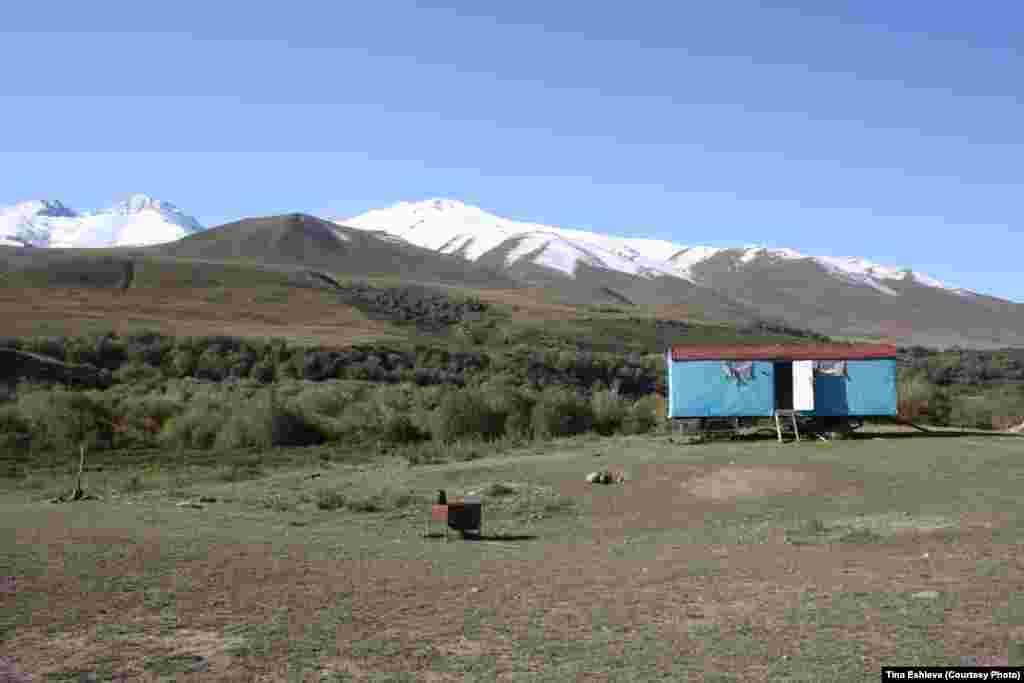 Cуусамыр - Вагончики такой же неизменный атрибут долины как юрты. Фото Тины Эшиевой