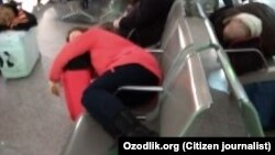 Ватанига қайтиш учун чартер рейс кутаётган ўзбекистонликлар Истанбул аэропортида.