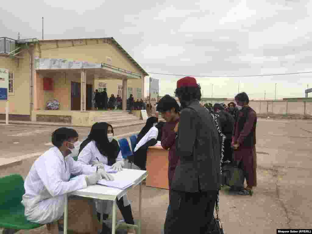 جریان ثبت نام شماری از افغان هایی که از ایران برگشته اند.