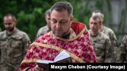 Максим Чебан, капелан 93-ї бригади, проводить службу Божу