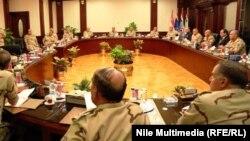 الرئيس المصري عبد الفتاح السيسي في اجتماع مع المجلس العسكري الاعلى بعد حادث سيناء