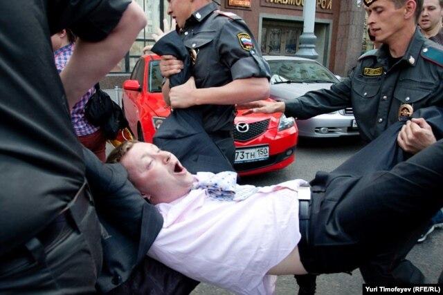 Напротив мэрии Москвы полицейские задержали лидера российского сексменьшинс