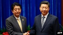 Hytaýyň prezidenti Şi Jinping (sagda) we Ýaponiýanyň premýer-ministri Şinzo Abe.Pekin. 2014 ý.