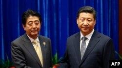Жапон премьери Синзо Абэ менен Кытайдын лидери Си Цзинпин.