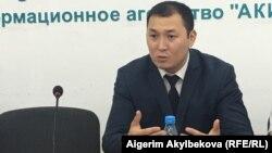 Ильяз Амангазиев Улуттук коопсуздук боюнча мамлекеттик комитетте (УКМК) 2011-жылдан бери иштеген.