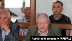 Подсудимые по делу о событиях в Шетпе и их адвокаты в судебном зале. Актау, 17 апреля 2012 года.