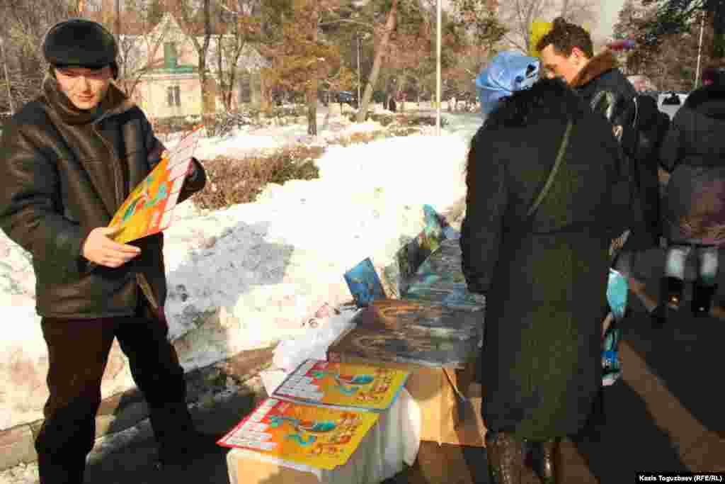 Торговля возле Свято-Вознесенского собора плакатами.Алматы, 7 января 2013 года.