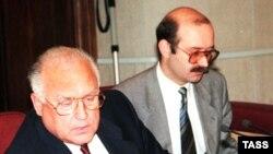 Премьер России Виктор Черномырдин и министр финансов Михаил Задорнов (архивное фото)