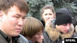 Молодые жители Алматы. Иллюстративное фото.