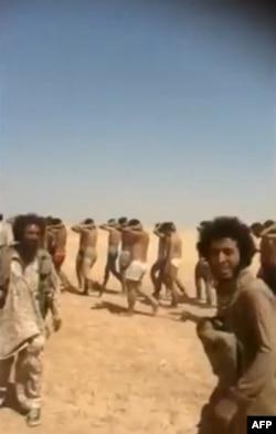 Скриншот видеозаписи о казни военнопленных боевиками ИГ в Сирии. 27 августа 2014 года.