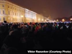 Люди, вышедшие на Дворцовую площадь в Санкт-Петербурге почтить память погибших в авиакатастрофе в Египте
