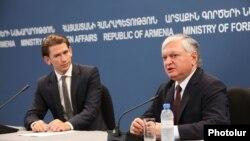 Главы МИД Армении и Австрии - Эдвард Налбандян и Себастьян Курц (слева) на совместной пресс-конференции в Ереване, 8 сентября 2014 г.