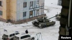 Українські танки поруч з автомобілями спостережної місії ОБСЄ на околиці Авдіївки, 1 лютого 2017 року