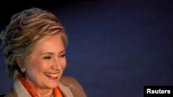 خانم کلینتون در روزهای اخیر با برخی از دمکراتها که برای دور بعدی انتخابات ریاستجمهوری نامزد شدهاند، دیدار کرده است.
