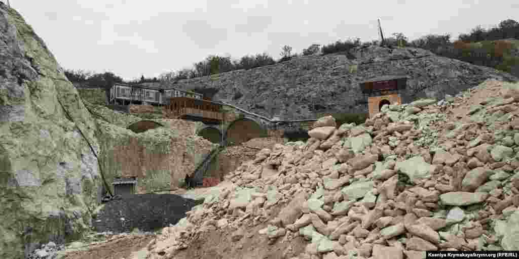 Строительные работы рядом с пещерным городом Качи-Кальон под Бахчисараем