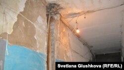 Төбесіне мансард салынған бұрынғы теміржолшылар жатақханасының дәлізі. Астана, мамыр, 2013 жыл
