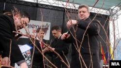 Претседателот Ѓорге Иванов и вицепремиерот Зоран Ставрески на свечено закројување на винова лоза во Демир Капија на 14 февруари 2012 година.