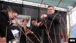 Претседателот Ѓорге Иванов и вицепремиерот Зоран Ставрески на свечено закројување на винова лоза во Демир Капија.