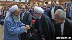 Molavi Abdola-Hamid seçkilərdə qələbə münasibətilə Hassan Rouhani-ni təbrik edir. 2017