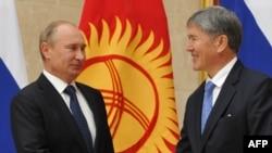 Президент России Владимир Путин (слева) и президент Кыргызстана Алмазбек Атамбаев (слева). Бишкек, 20 сентября 2012 года.